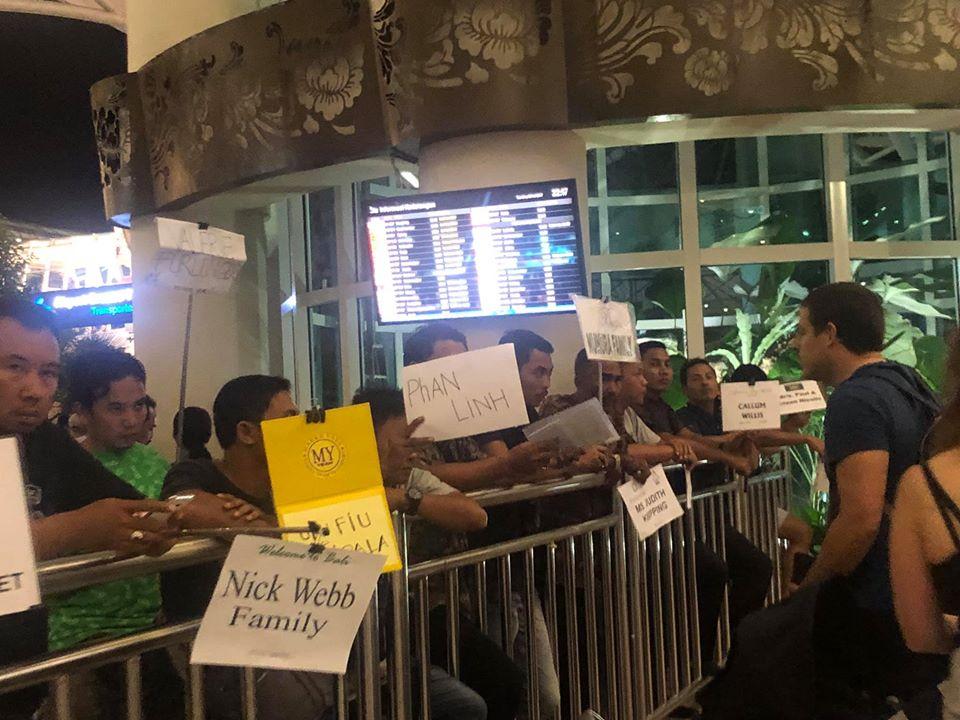 Ra cổng sân bay sẽ có tài xế cầm biển tên mình đợi ntn nha