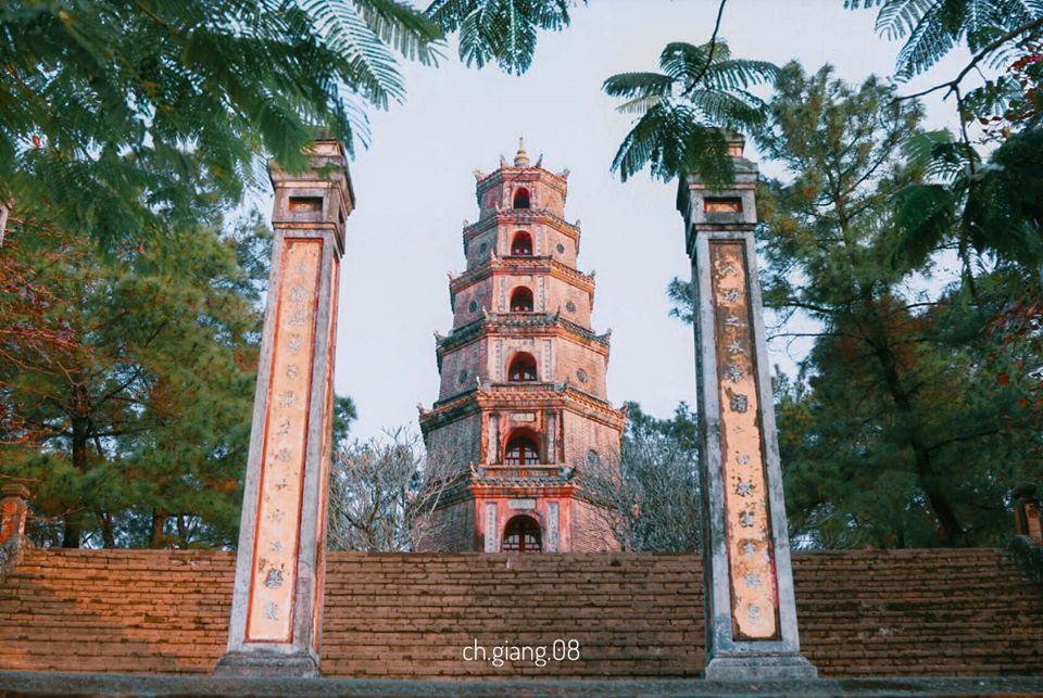 CHÙA THIÊN MỤ Hay còn gọi là chùa Linh Mụ là một ngôi chùa cổ nằm trên đồi Hà Khê, tả ngạn sông Hương, cách trung tâm thành phố Huế (Việt Nam) khoảng 5 km về phía tây. Chùa Thiên Mụ chính thức khởi lập năm Tân Sửu (1601), đời chúa Tiên Nguyễn Hoàng -vị chúa Nguyễn đầu tiên ở Đàng Trong. Chùa được xây trên nền móng của một ngôi tháp Chăm