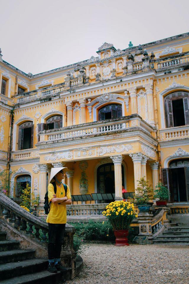 """""""Cung An Định - Vẻ đẹp tuyệt mỹ của kiến trúc Tân cổ điển""""  Cung An Định được xây dựng vào năm 1917, là công trình kiến trúc nghệ thuật độc đáo của triều Nguyễn, mang phong cách châu Âu kết hợp trang trí truyền thống cung đình. Dưới triều Hoàng đế Khải Định (1916-1925) và Bảo Đại (1926-1945), cung An Định là nơi tổ chức các lễ tiếp tân, lễ khánh hỷ của hoàng gia.  Đây là nơi ghi dấu một giai đoạn gia đình cựu hoàng Bảo Đại sinh sống sau khi nhà vua thoái vị (8/1945); đặc biệt, cũng là nơi gắn bó nhiều kỷ niệm với Đức Từ Cung - vị Hoàng thái hậu cuối cùng của triều Nguyễn.  Có quy mô đồ sộ cùng cách thức trang trí hết sức hoa mỹ, cung An Định được xem là một đại diện tiêu biểu của phong cách kiến trúc tân – cổ điển ở Việt Nam."""