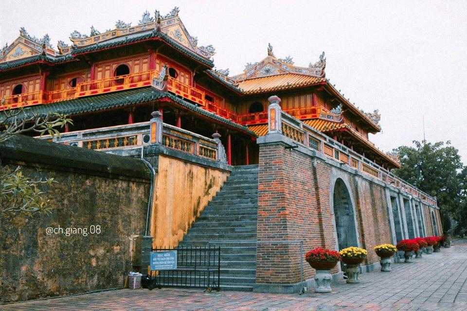 """NGỌ MÔN VÀ LẦU NGŨ PHỤNG Ngọ Môn là cổng chính phía nam của Hoàng thành Huế được xây dựng vào năm Minh Mạng 14 (1834). Ngọ Môn có nghĩa đen là Cổng xoay về hướng Ngọ, là cổng lớn nhất trong 4 cổng chính của Hoàng thành Huế. Về mặt từ nguyên, Ngọ Môn có nghĩa là chiếc cổng xoay mặt về hướng Ngọ, cũng là hướng Nam, theo Dịch học là hướng dành cho bậc vua Chúa. """"Ngọ Môn năm cửa, chín lầu Cột cờ ba bậc, Phu Văn Lâu hai tầng"""""""