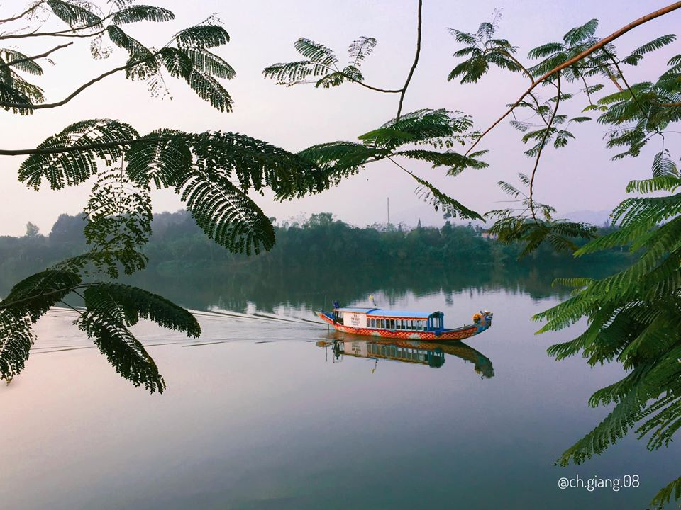 Dòng sông Hương mang nét đẹp lặng thầm và thơ mộng của xứ Huế như một nét đẹp soi chiếu con người và thành phố nơi đây. Đã biết bao người trót phải lòng vẻ nhẹ nhàng và thanh khiết ấy, và ghi nhớ về một dòng sông bí ẩn và nên thơ.