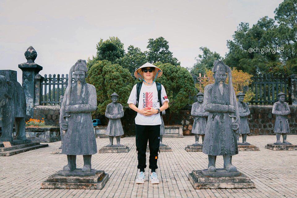 LĂNG KHẢI ĐỊNH  Lăng Khải Định (Ứng Lăng) là lăng mộ của vua Khải Định (1885 - 1925), vị vua thứ 12 của triều Nguyễn. Lăng tọa lạc trên triền núi Châu Chữ, cách kinh thành Huế chừng 10 km, thuộc xã Thủy Bằng, thị xã Hương Thủy. Lăng được coi là có diện tích nhỏ nhất trong hệ thống lăng tẩm của các vị vua triều Nguyễn, nhưng là một công trình công phu và tốn nhiều thời gian xây dựng: khởi công năm 1920 và mất tới 11 năm để hoàn thành. Vật liệu để xây dựng lăng bao gồm sắt, thép, xi măng, ngói Ardoise… được Vua Khải Định mua từ Pháp. Nội thất trang trí là đồ sành sứ, thủy tinh màu... mua tại Trung Hoa và Nhật Bản. Ứng Lăng được coi là công trình lăng tẩm tốn kém nhất thời đó. Sự tốn kém và công phu này dù khiến vua Khải Định chịu nhiều tai tiếng, nhưng không thể phủ nhận nó hình thành một công trình đặc sắc mà bất cứ ai cũng phải trầm trồ.