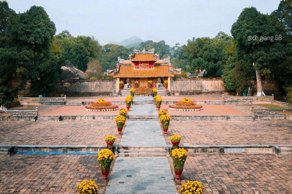 LĂNG MINH MẠNG Được xây dựng trên núi Cẩm Khê, cách kinh thành Huế chừng 12 km. Lăng được xây từ tháng 9/1840, đến tháng 1/1841 vua Minh Mạng qua đời, vua Thiệu Trị lên nối ngôi đã tiếp tục cho xây dựng lăng theo đúng thiết kế cũ. Tháng 8/1841, thi hài vua Minh Mạng được đưa vào chôn ở Bửu Thành. Đến năm 1843 thì việc xây lăng mới hoàn tất.