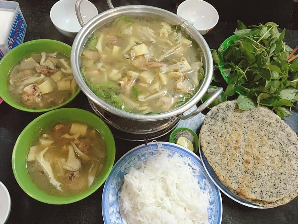 Lẩu gà lá É Tao ngộ ở Hà Huy Tập có lúc ngon lúc ko ngon 😓😓 có thể kêu thêm kê gà ăn siêu béo