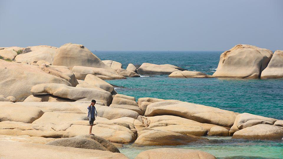 Cù Lao Câu thuộc xã Phước Thể, huyện Tuy Phong, hiện lên như một chiến hạm lớn, xung quanh bao bọc bởi hàng vạn khối đá với màu sắc và hình thù khác nhau