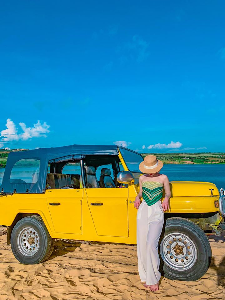 Bàu Trắng là một hồ nước ngọt ở tỉnh Bình Thuận, cách thành phố Phan Thiết khoảng 62 km về hướng Đông Bắc, thuộc thôn Hồng Lâm, xã Hòa Thắng, huyện Bắc Bình