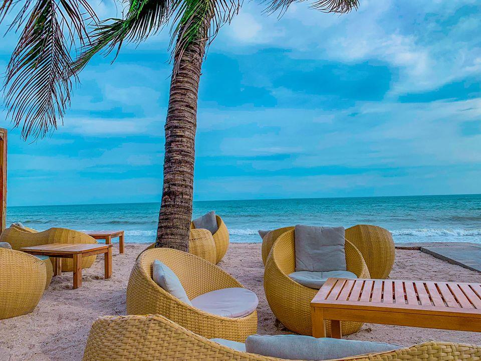 Chameleon Beach Bar nằm tại đường Nguyễn Đình Chiểu, trên con đường nối giữa Phan Thiết và Mũi Né