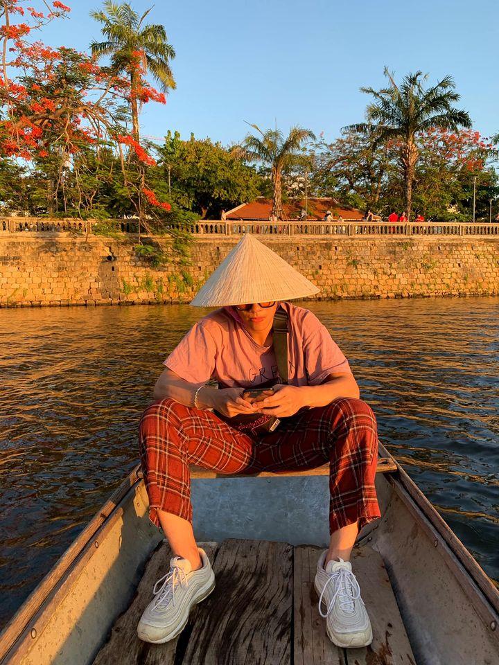 Chiều mà đi thuyền ngắm hoàng hôn trên sông Hương thì hết sảy con bà bảy luôn nha 🤣  Giá thuyền 50k/người - bạn sẽ được đi qua 4 cầu nổi tiếng ở Huế 💯