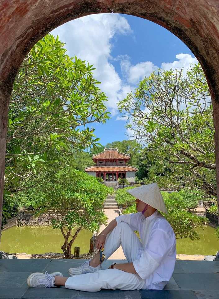 Lăng Minh Mạng có cái cổng vào cũng thần thánh lắm á 😬  Ghé thăm Lăng Khải Định xong bạn chạy tiếp một đoạn khoảng 2km sẽ đến Lăng Minh Mạng 🙌