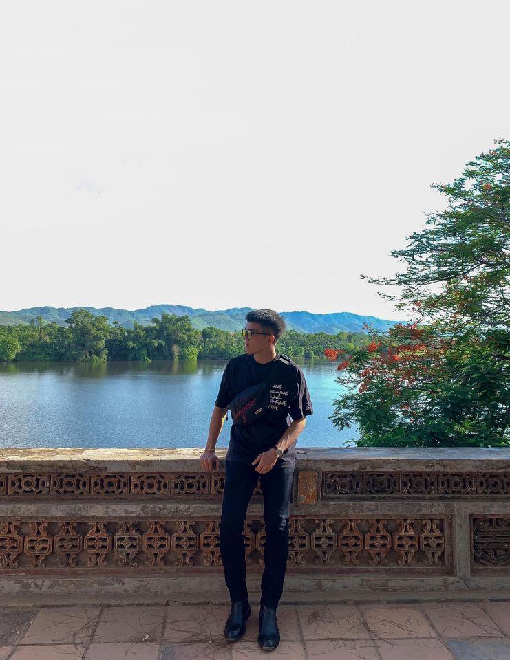 Một góc khác của chùa Thiên Mụ. Đứng từ đây có thể ngắm bao quát được toàn cảnh sông Hương đẹp lắm á