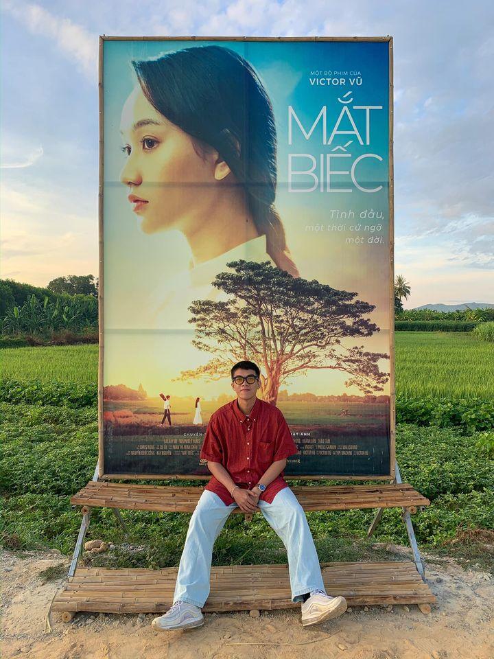 Cái poster phim Mắt Biếc này nằm ngay trên đường đến cây cô đơn
