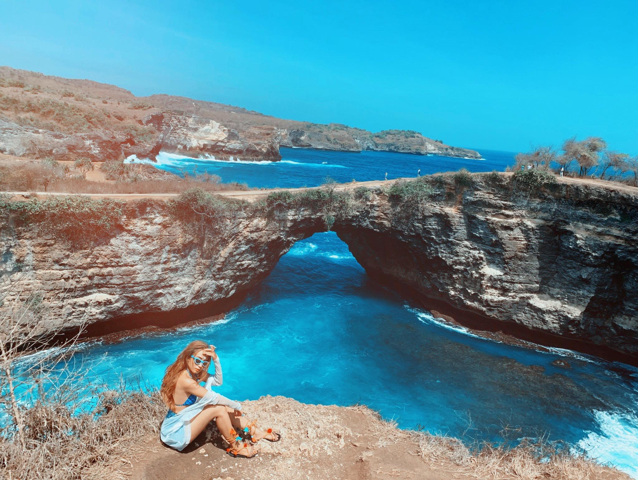 Angel Billabong là một hốc đá hình thành do núi lửa, nước biển tràn vào tạo thành một hồ bơi tự nhiên nằm giữa lòng biển. Đây là bờ vực sâu thẳm độ cao tầm 80m lận nha mọi người. Ở đây có dải san hô đã qua niên đại hàng triệu năm tuổi, khi mực nước biển ngày càng hạ thấp để lại cả 1 rặng san hô chết khổng lồ ôm lấy đảo Nusa Penida.