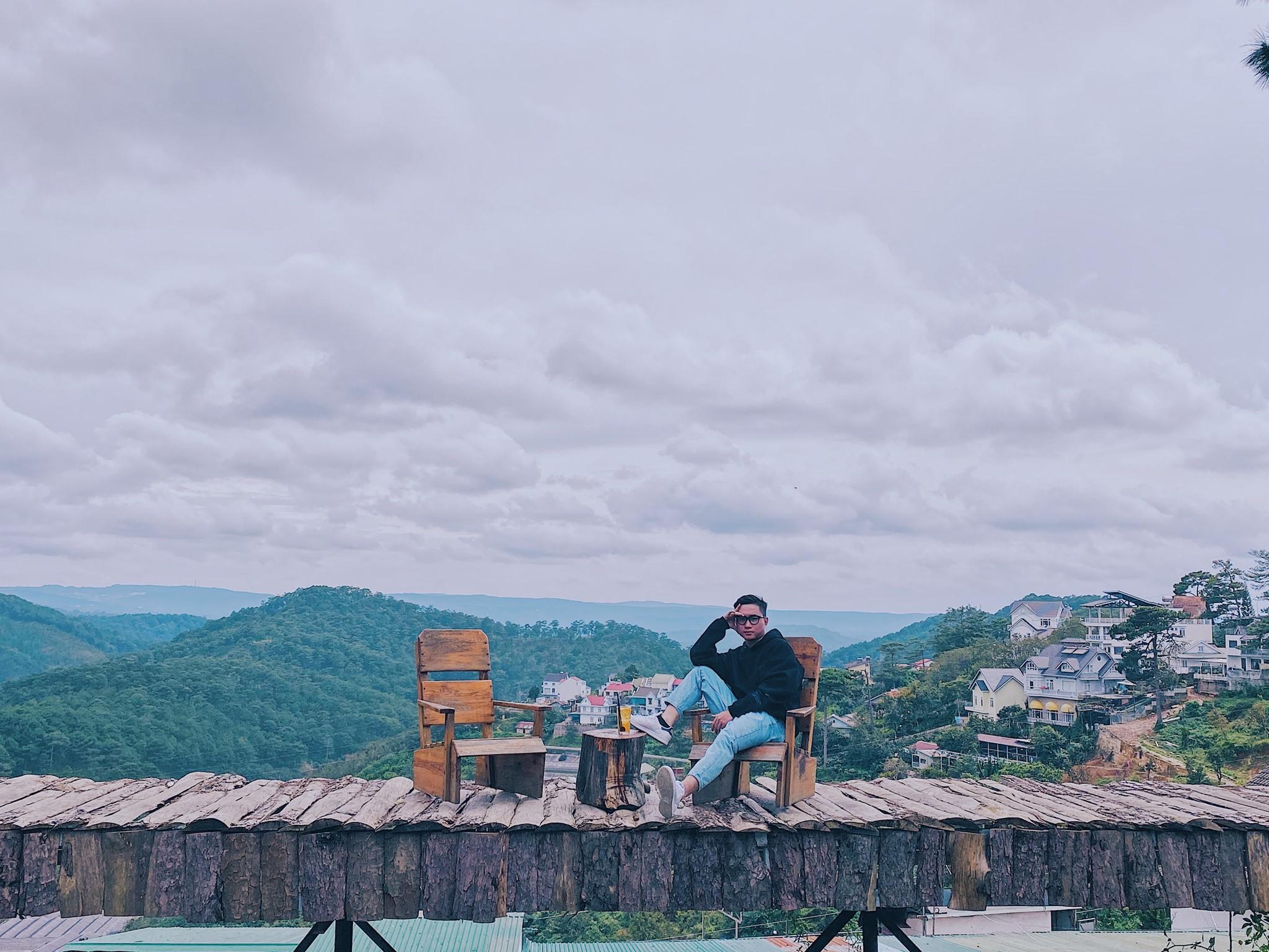 BOHEM café (Hoàng Hoa Thám): ở đây có cái cầu gỗ để sống ảo và view siêu đỉnh, quán này và quán DALAT MOUNTAIN VIEW là cùng view với nhau luôn.