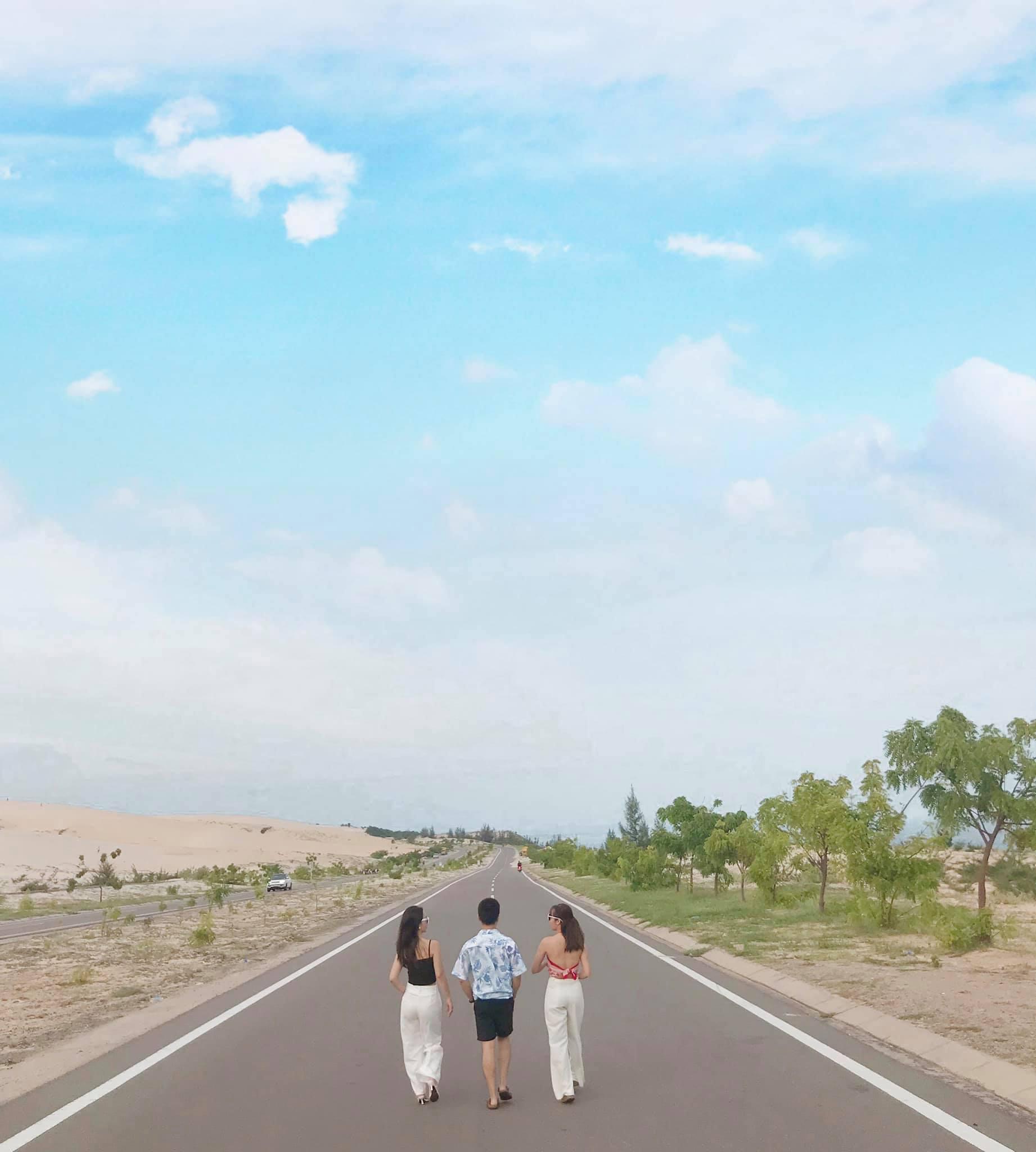 Mũi Né đặc sản chính là nắng – gió – biển – cát, nên để tận hưởng được trọn vẹn hơn thì nên book xe jeep đi thăm thú nha bạn