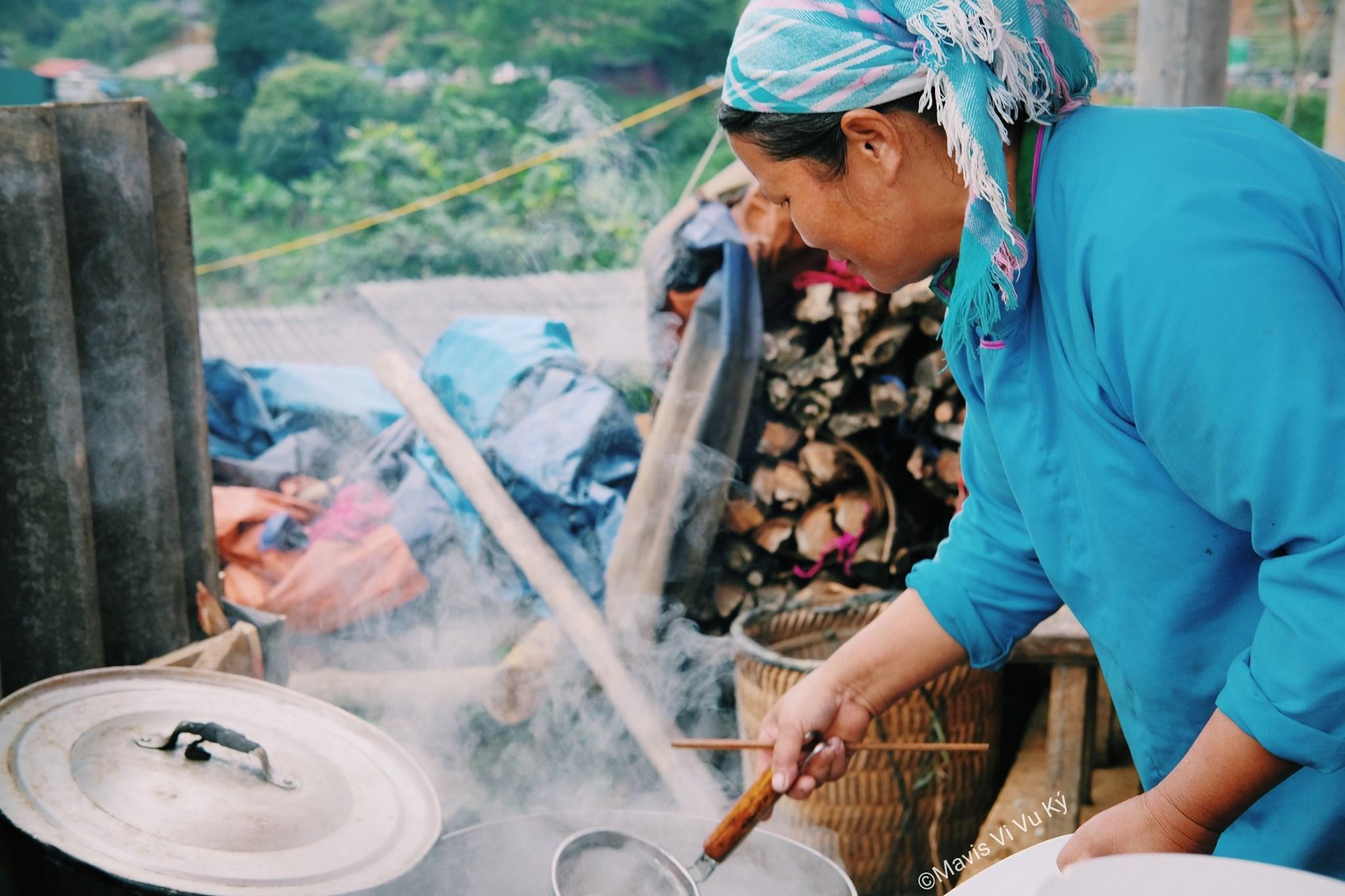 Cô này đang làm món phở Bắc Hà trứ danh cho Mavis ăn nè
