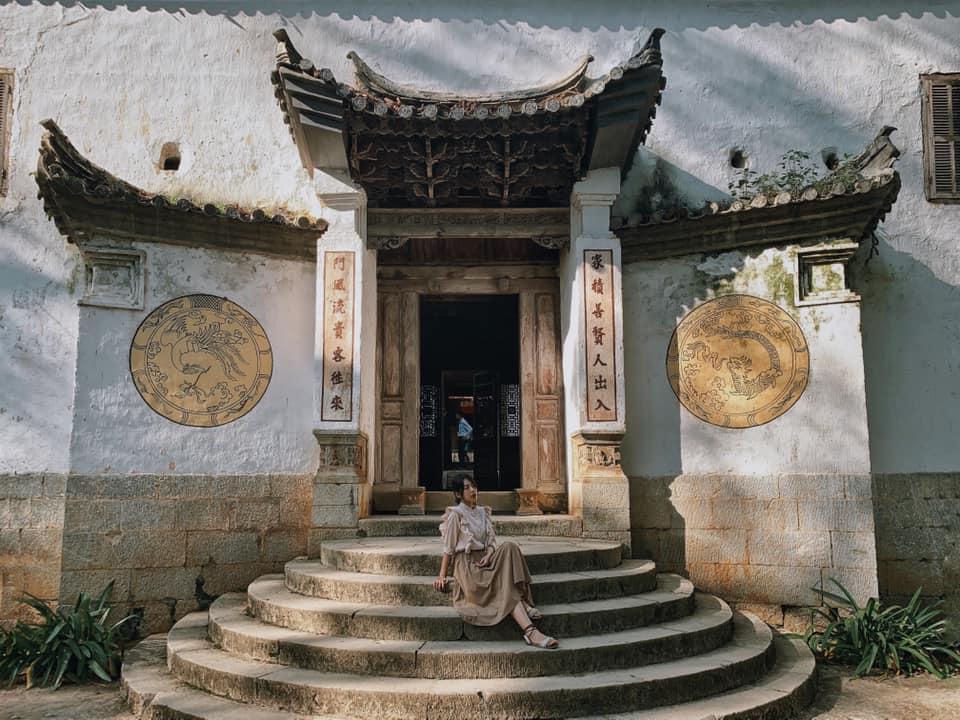 Cổng vào Nhà Vương - dinh thự Vua Mèo